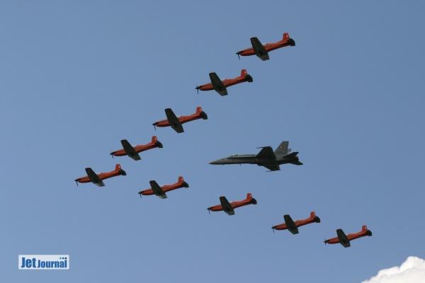 PC-7 Team in Formation mit einer F/A-18 der Schweizer Luftwaffe beim Open Dagen KLu 2004 in Volkel
