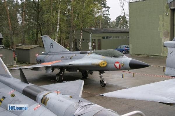 Außer Dienst gestellte Draken. Neben der 19 standen zum Zeitpunkt unseres Besuches noch die 16, 20 und 23 vor dem Hangar.